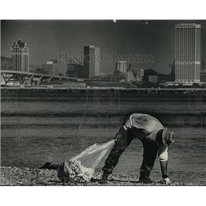 1991 Press Photo Chuck Haakma picks trash from Milwaukee County's Bay View Park