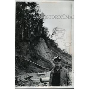 1978 Press Photo Charles Lamerand below the eroded banks of Lake Superior.