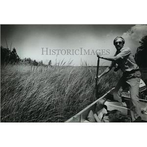1983 Press Photo Brent Haglund poled his boat up the marshy Mink River.