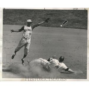 1961 Press Photo Joe Adcock of the Milwaukee Braves Safely Slides Into Second