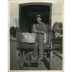1925 Press Photo Red Lingenfelter Drake University, Unloading Boxes.