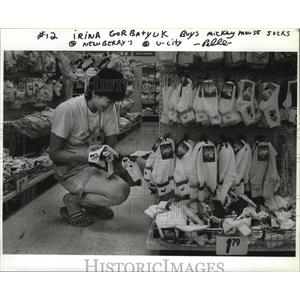 1990 Press Photo Shopping is also done by the competitors of the Goodwill Games