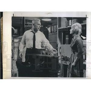 "1963 Press Photo Actor Eddie Albert & Actress Glynis Johns In ""Windfall"""