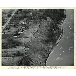 1981 Press Photo Waves lapped at the base of an eroded bluff along Lake Michigan