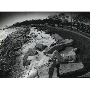 1983 Press Photo Along Milwaukee's lakefront, Debbie Eckert soaks up some sun.