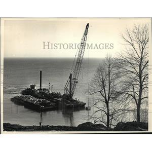 1987 Press Photo Rocks being lowered onto Lake Michigan, erosion control