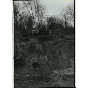 1994 Press Photo Extensive damage to a deck hangs over a Lake Michigan bluff