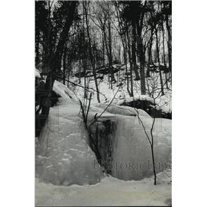 1991 Press Photo The snow-dusted cliffs and icy sweeping views of Lake Superior.