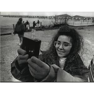 1992 Press Photo Toni Daddato Analyzes Water For Nitrates At Lake Michigan