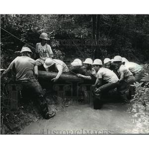 1988 Press Photo Conservation Camp participants work together to unblock stream