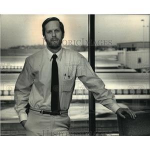 1988 Press Photo C. Barry Bateman-The Mitchell International Airport Director