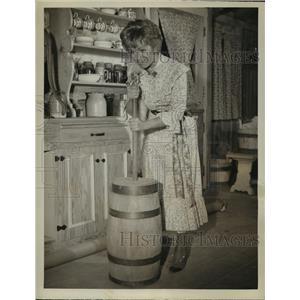 "1964 Press Photo Debbie Reynolds in Movie Scene ""The Unsinkable Mollie Brown"""