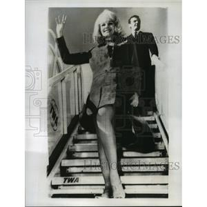 1966 Press Photo Actress Carroll Baker arrives in Italy to make a film