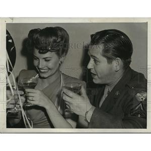 1943 Press Photo Actress Janet Blair & Sgt Louis Busch of Air Force - lfx03869