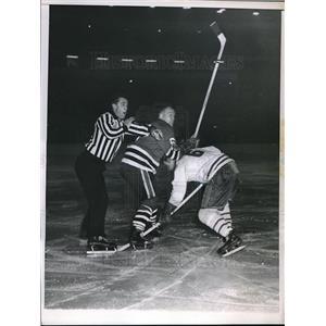 1959 Press Photo Canadiens Ralph Backstrom tussles w/ Blackawks Norman Johnson