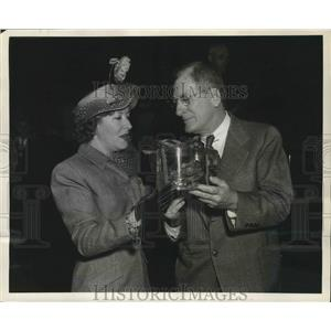 1948 Press Photo Comedienne Gracie Allen with Charles Wells of New Orleans.