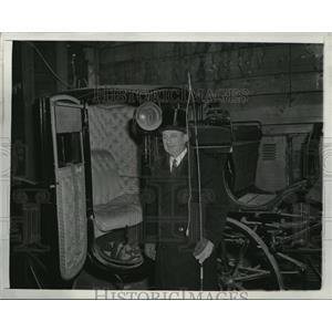 1942 Press Photo Charles Singer w/ Horse Drawn Cab in Boston, Massachusetts