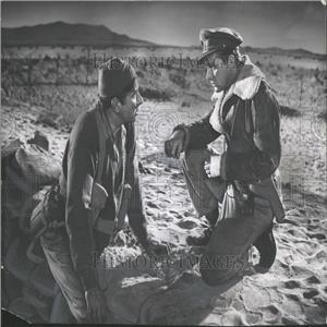 1953 Press Photo Robert Newton Richard Burton soldiers