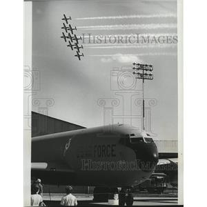1977 Press Photo Canadian aerobatic team takes spotlight from transport aircraft