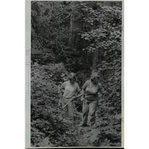 1989 Press Photo Heidi and Jane Thomas work on trails at Four Echoes Camp