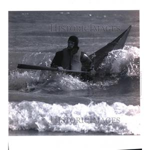 1993 Press Photo Martin Honel, Paddles his Kayak in cold waves in Bradford Beach