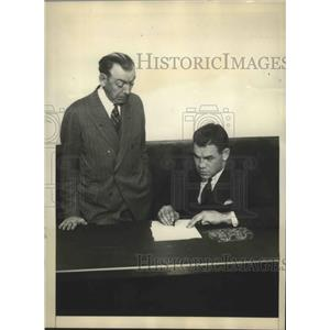 1929 Press Photo Pauling Uzcudun Signing for Billy Gisbon Maker of Champions