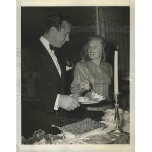 1946 Press Photo Actor Dick Powell & wife June Allyson in Los Angeles CA