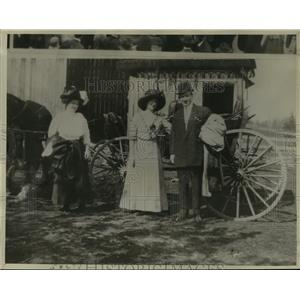1934 Press Photo Man & Woman w/ Horse Carriage by Mrs DV Livermore, 1911