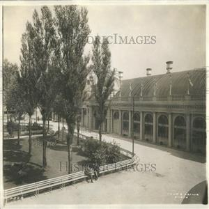 1913 Press Photo Park Outside A Building