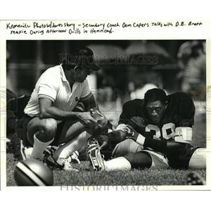 1986 Press Photo New Orleans Saints - Dom Capers talks with Brett Maxie at camp.