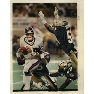 1988 Press Photo New Orleans Saints-Giants QB Jeff Hostetler is sacked.