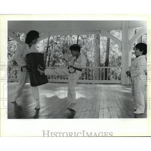 1989 Press Photo Karen Caporino with students of taekwondo at Abita Springs