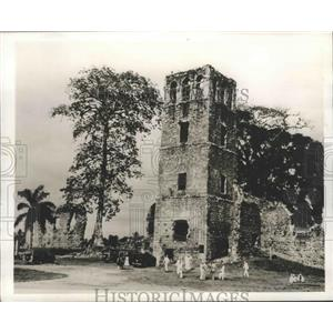 1942 Press Photo Panama Canal Sailor Guards Explore Cathedral Tower Ruins