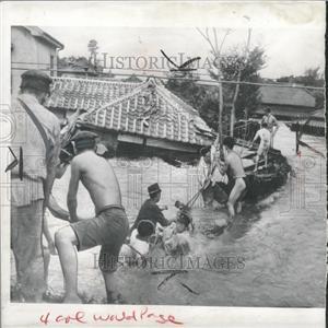 1941 Press Photo Japan Flooding Rescue Crew Working