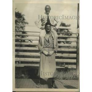 1929 Press Photo Heavyweight Victorio Campolo Holding Humbet J Fugazy