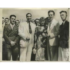 1936 Press Photo Dick Powell & His Bride Joan Blondell Being Welcomed to Havana