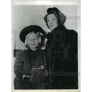 1942 Press Photo New York Mrs JG Hanna and her daughter Carol NYC - neny06921