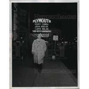 1954 Press Photo Lloyd Nolan on a Nightly Jaunt - mjx27950
