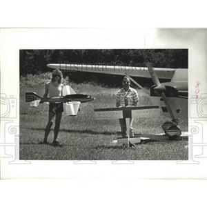 1988 Press Photo Joe Colletti Jr. and Bob Creighton hold their model planes.