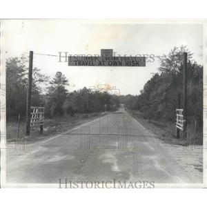 1977 Press Photo Sinkhole on County Road 16 in Alabama - abnz01366