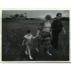 1994 Press Photo The Kartheiser Family From Waukesha After Julia's Ride on Blimp