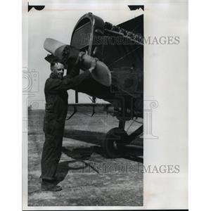 1977 Press Photo Pilot Peter Vermeulen With A De Havilland Fighter Plane