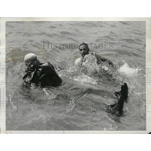 1942 Press Photo Rubber life-saving suit demonstrated by US Coast Guard Officers