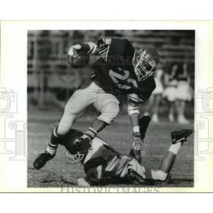 1990 Press Photo Football- Redeemer's Alan Ally escapes a Fisher defender.