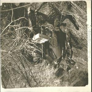 1934 Press Photo Sheriff Balms assistant hunting bullet