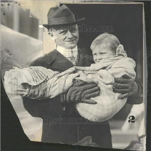 1917 Press Photo Dr Gingenbach Carrying Child