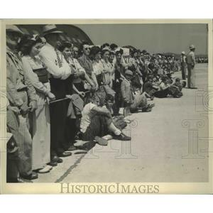 1943 Press Photo Crowd Naval Aircraft at Akron Ohio - nef67062