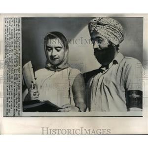 1964 Press Photo Mrs. Jerrie Mock & I. S. Vedi Discussing Her Plans at New Delhi
