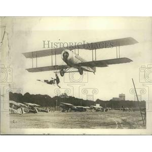 1929 Press Photo French Aviator Toutain doing stunts from Trapeze from a plane