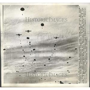 1944 Press Photo Troops and Equipment Land from Skies by Parachute in England